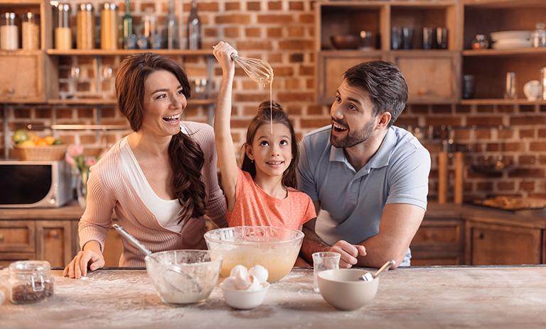 Familia hace postres fáciles para preparar en casa
