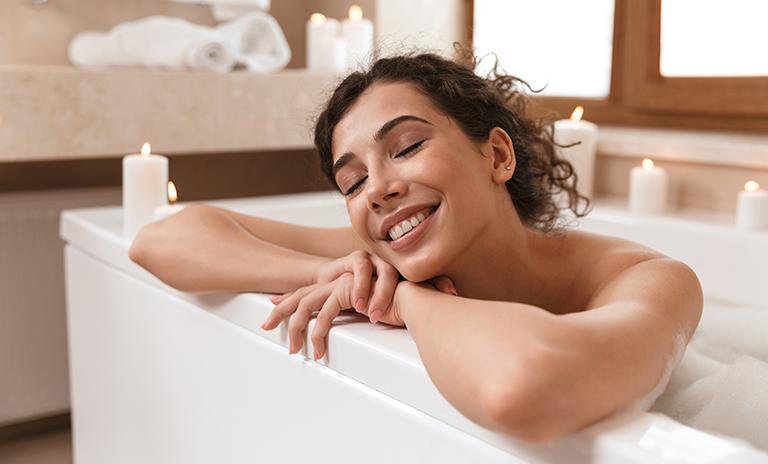 una ducha tibia es uno de los tips de relajación en casa para liberar el estrés