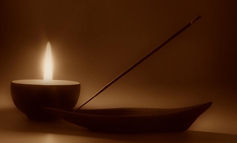 Incienso y vela para meditación antiestrés