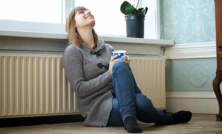 Mujer siguiendo tips de relajación en casa para liberar el estrés