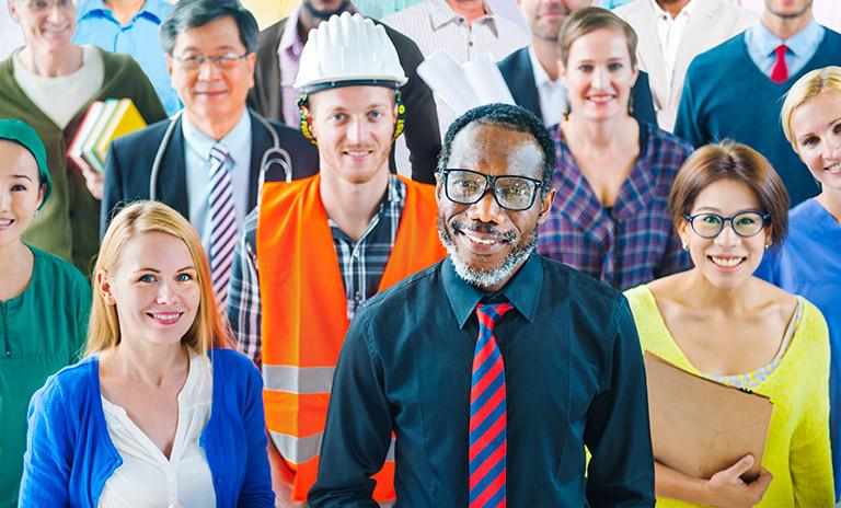 personas posan para el día internacional del trabajador