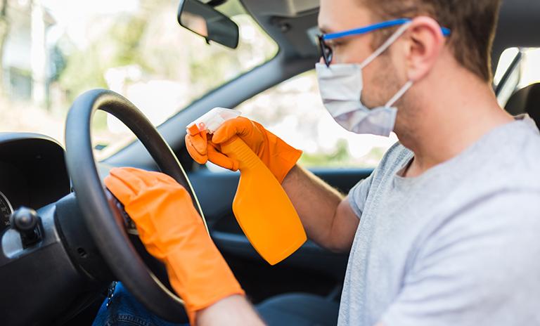 Limpiar tu vehículo de covid-19 con guantes y alcohol
