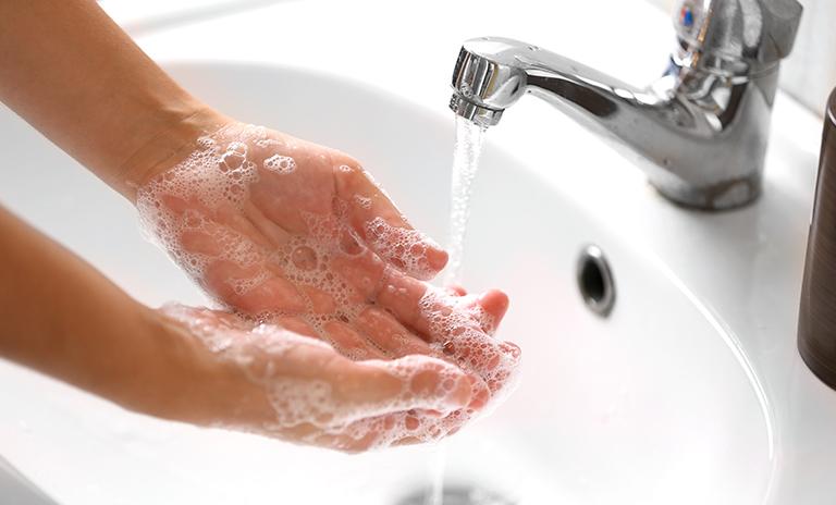 Lavarse las manos es uno de los protocolos de bioseguridad frente al COVID-19