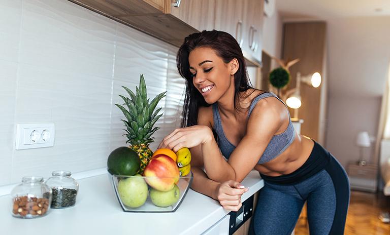 mujer disfrutando snacks y meriendas saludables en casa