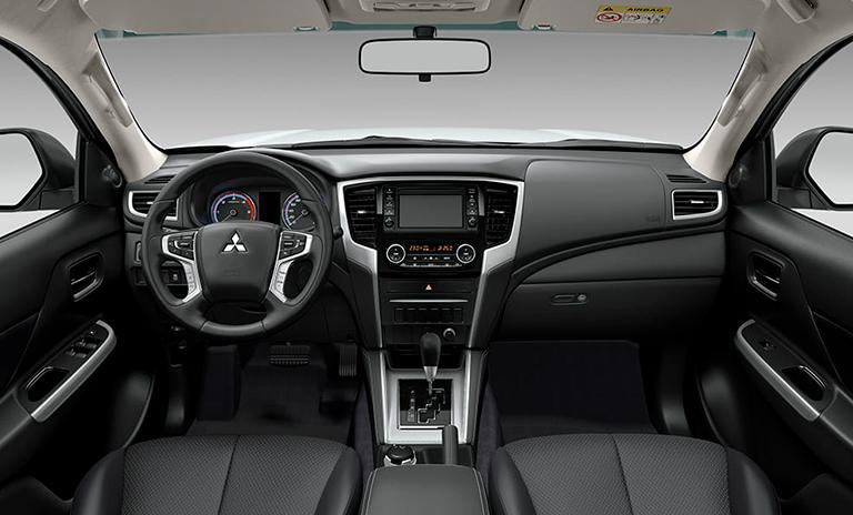 Vista frontal del interior de las camionetas pickup L200 Tritón