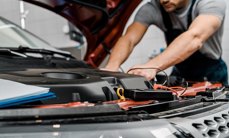 Desconectar la batería es una de las formas de cuidar tu vehículo estacionado en casa