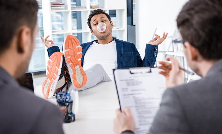Hombre expresándose libremente en entrevista de trabajo