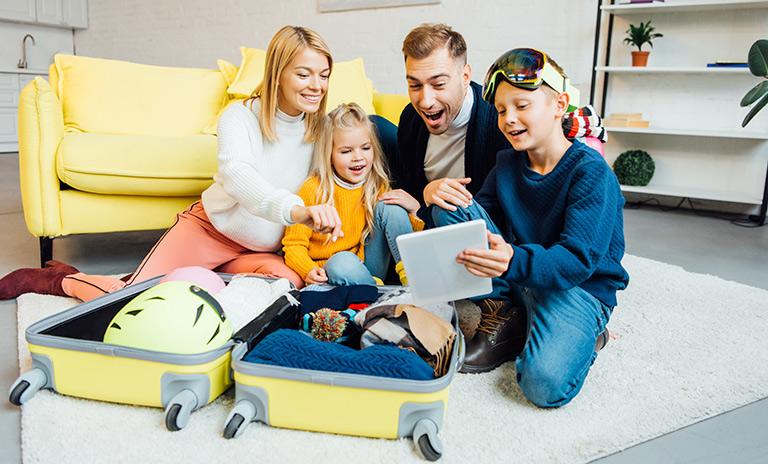 Familia haciendo maletas para viajar en el día del padre