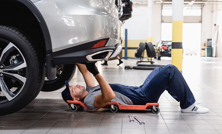Mecànico haciendo revisiòn de las llantas del vehículo