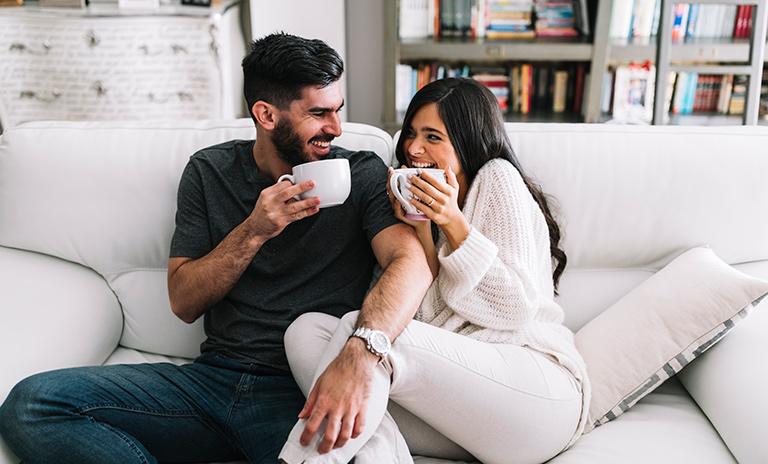 Pareja disfrutando los beneficios del café