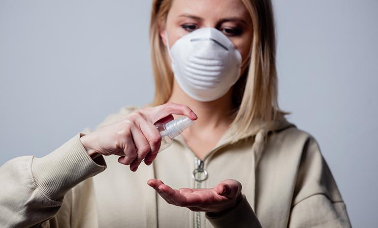 Mujer preparándose para la Nueva Normalidad