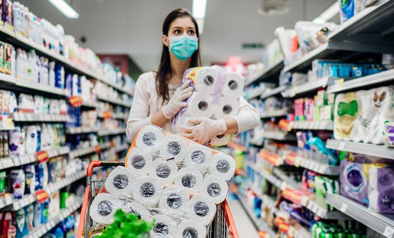 Mujer haciendo mercado adaptada a la nueva normalidad