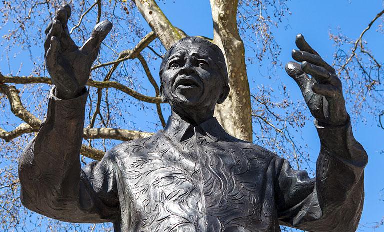 Estatua en honor al pensamiento de Nelson Mandela