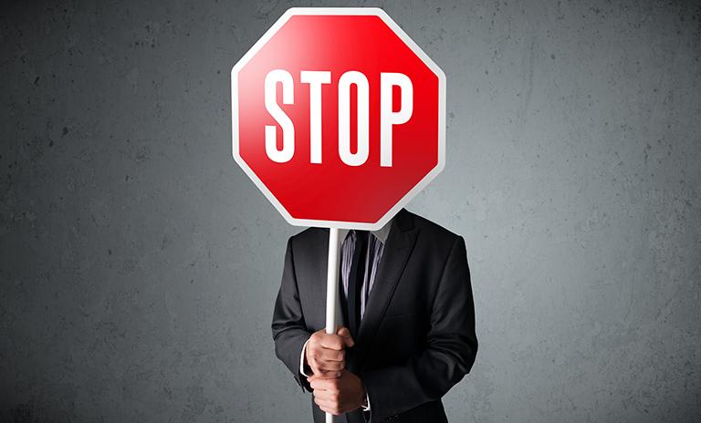 Hombre con señal de stop