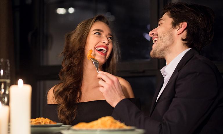 Pareja en una cena con comida afrodisíaca