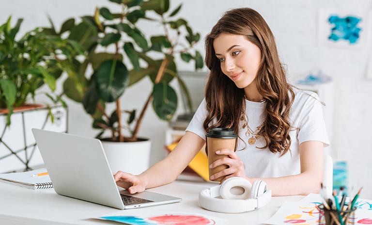Mujer en un ambiente de trabajo propicio para evitar la procrastinación