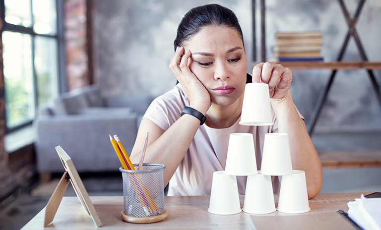 Mujer procrastinando mientras trabaja