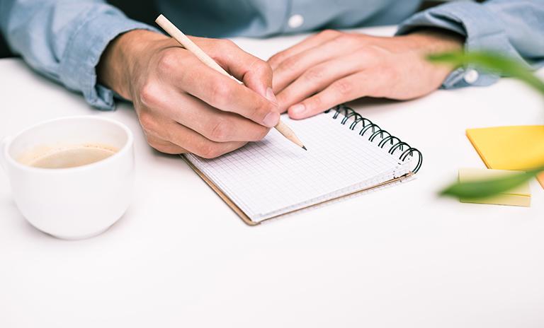 Hombre pensando en cómo evitar la procrastinación mientras se organiza