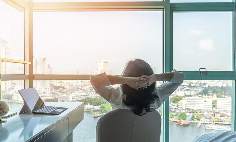 Mujer relajándose después de una jornada de trabajo