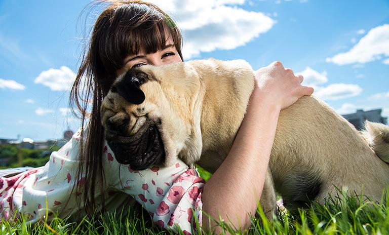 Mujer dando amor en el Día Mundial del Perro