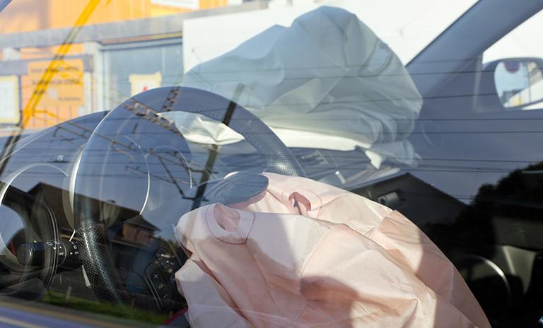 airbag desplegado después de un accidente