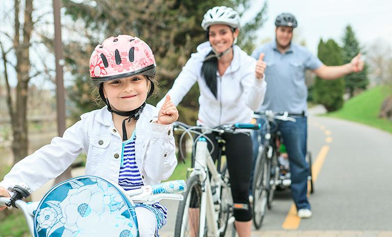 Familia en bici con elementos de seguridad