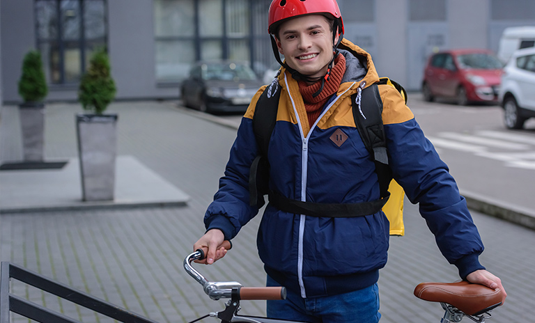 Ciclista cumpliendo las normas de seguridad