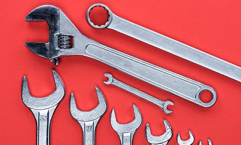 Llaves inglesas parte del kit básico de herramientas para el carro