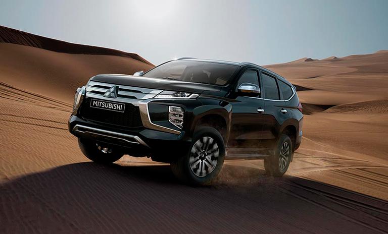 Camionetas 4x4 Montero Sport Takai en el desierto