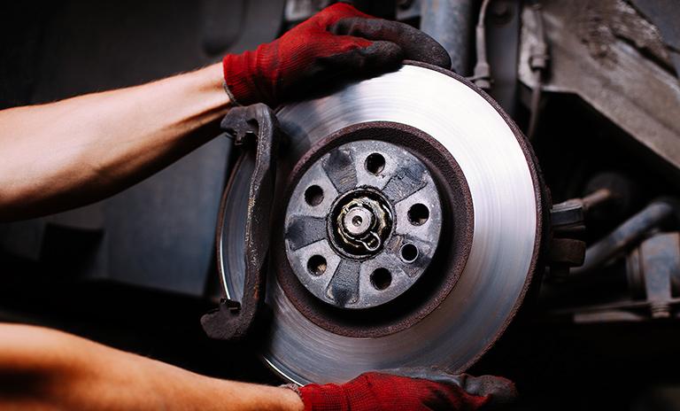 Mecánico colocando freno de disco sólido
