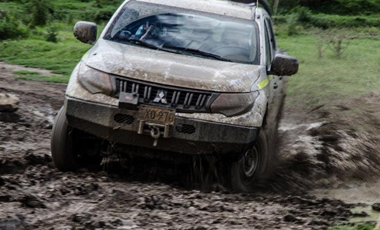 Camioneta Mitsubishi en la pista de laguna seca