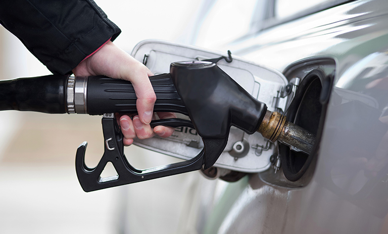 Hombre colocando gasolina de 98 octanos