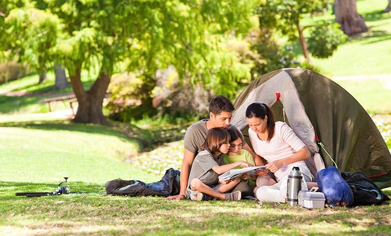 Familia en un camping tranquilo en el campo