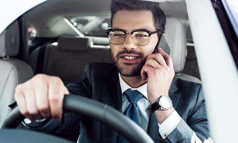 El celular es uno de los distractores de la conducción más importantes