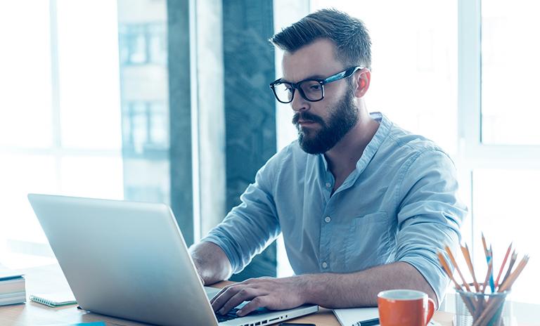 Hombre realizando trámites de movilidad en su computador
