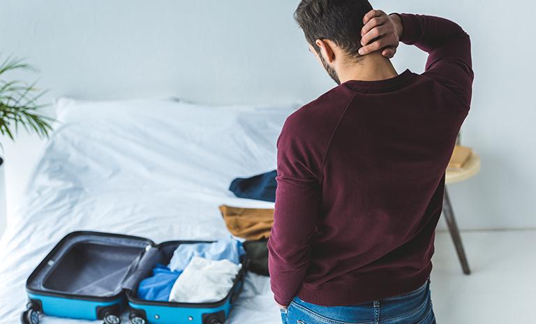 Hombre complicado por no saber organizar el equipaje