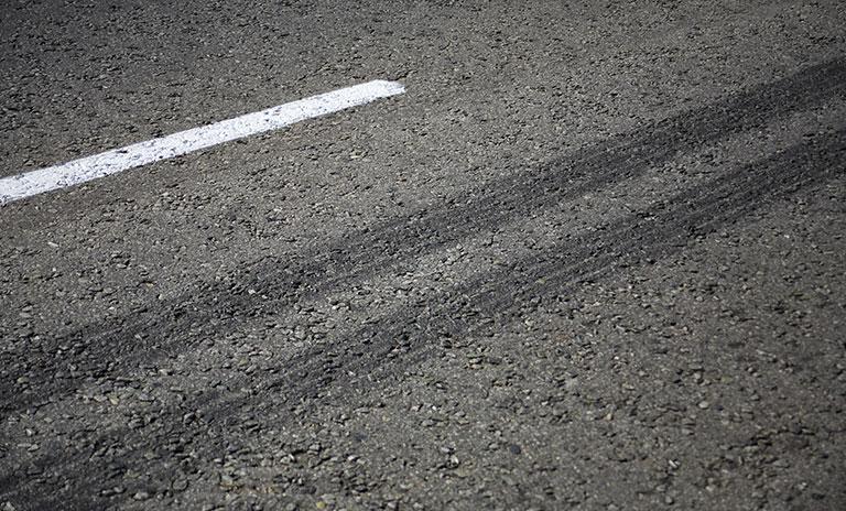 Huellas en el asfalto por problemas en los frenos