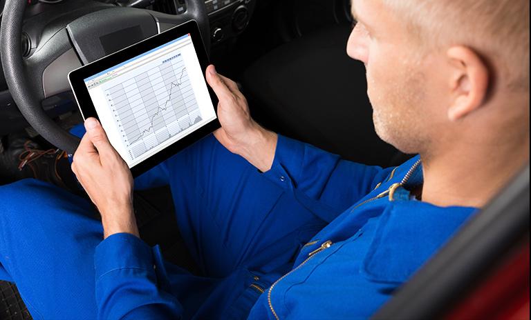 Mecánico revisando los airbags del vehículo