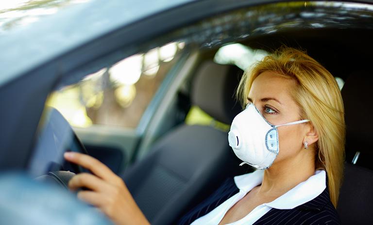 Mujer disfrutando las ventajas de invertir en un carro propio