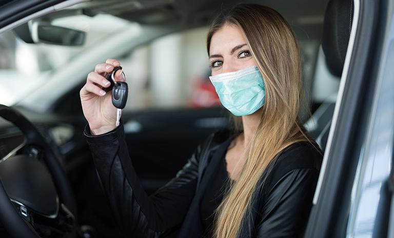 Mujer que decidió invertir en un carro propio