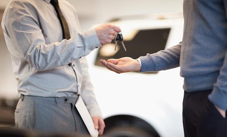 HOmbre recbiendo llaves de su camioneta gracias a Mitsufácil