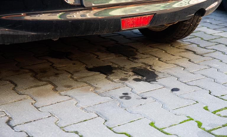 Mancha de aceite bajo un vehículo