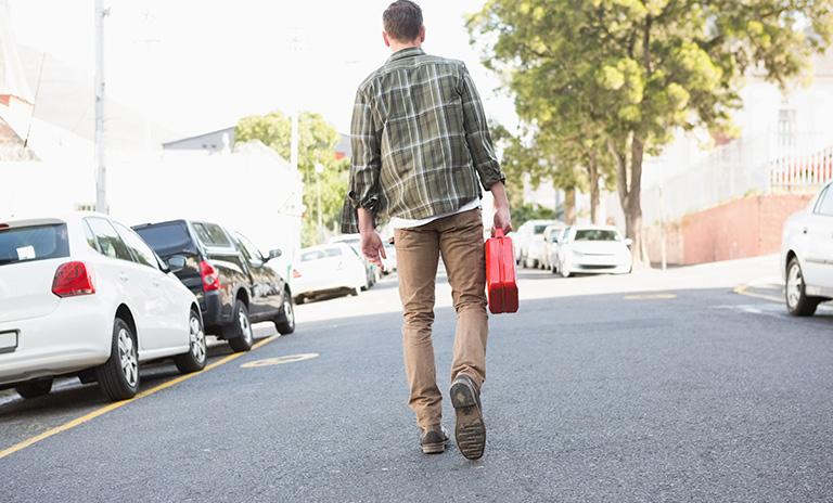 Hombre busca tanquear tras quedarse sin gasolina