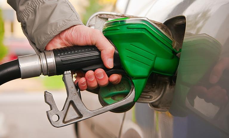 Llenando el tanque de gasolina