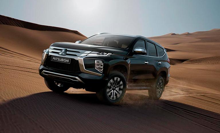 Camionetas 4x4 Montero Sport en el desierto