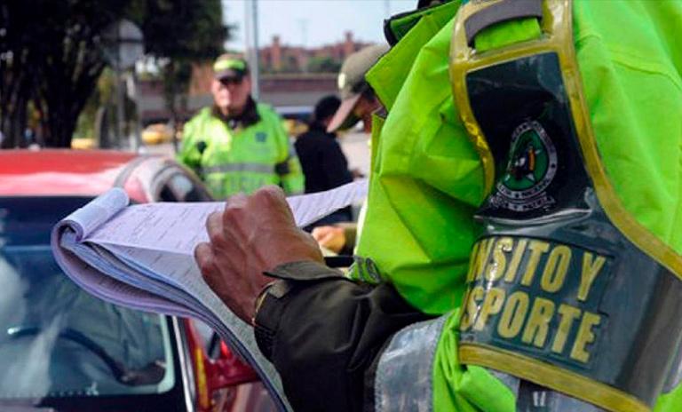 Policía haciendo comparendos de tránsito
