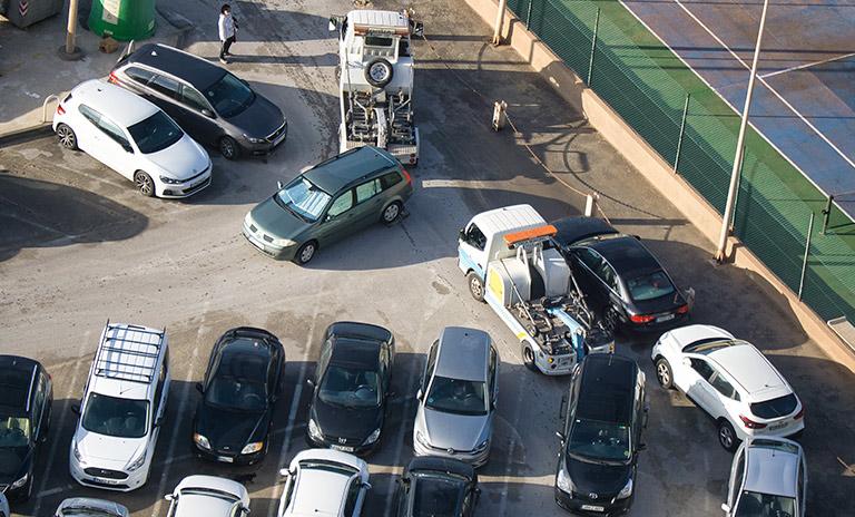 Carros mal parqueados son remolcados