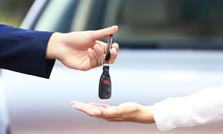 Persona entregando las llaves después de vender su carro