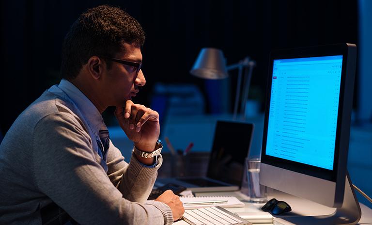 Hombre revisando sus multas en el computador