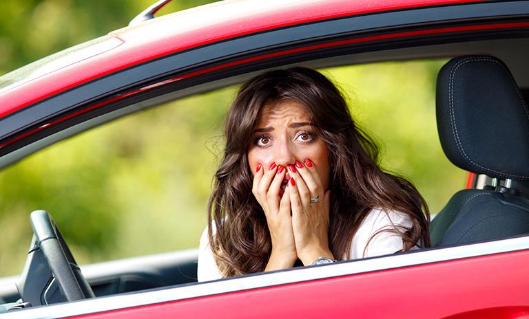 Mujer se preocupa al escuchar sonidos raros en el vehículo